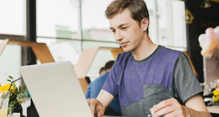 Veja quais são as regras para se tornar um Jovem Aprendiz no Extra